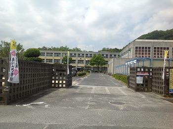 菩提寺小学校の校門