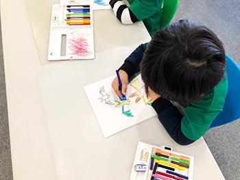 島コウモリ調査グループの活動のようす画像 コウモリをカラフルに塗る子どもたち