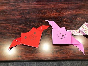 島コウモリ調査グループの活動のようす画像 コウモリ折り紙完成品