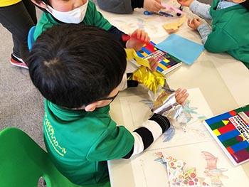 島コウモリ調査グループの活動のようす画像 コウモリ折り紙で遊ぶ子ども