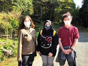 島コウモリ調査グループの活動のようす画像 グループメンバー3名