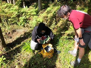 島コウモリ調査グループの活動のようす画像 録音機を取り出す