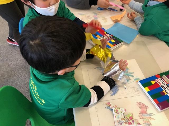 島コウモリ調査グループの活動のようす画像 子どもたちがコウモリの塗り絵と折り紙で遊んでいるところ