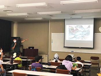 亀岡人と自然のネットワークの宇野さんのヤマトサンショウウオの説明スライドのようす