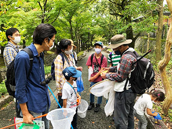 "<img src=""https://www.natsuhara-g.com/wp-content/uploads/2020/04/ka桂坂野鳥遊園子ども自然観察会 活動のようす画像"