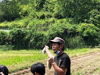 志賀郷ゴキゲン化計画 活動のようす画像 大豆の説明をする水田さん